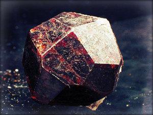Чешский гранат — украшение, символ талисман. Полезные свойства граната, где в Праге купить настоящий камень?