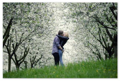 Поцелуй в мае на холме Петршин в Праге.