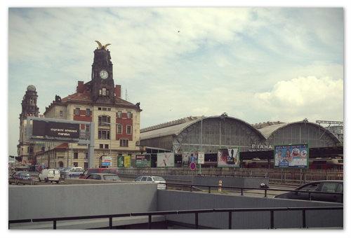 Центральный вокзал города Praha Hlavni Nadrazi. Сейчас он реконструируется и попасть в него не так просто. Вход слева через дорогу под землю. Вся инфраструктура вокзала с современными системами и коммуникациями находится под землёй. А сверху здание, построенное в 1871 году.