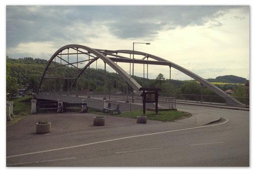 Путь лежит через такой мостик.