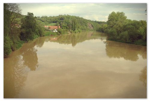 А под ним река с глиняной водой.