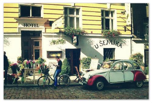 Отель и ресторан «У Сёмика». Здесь подают вкусный гуляш «Вышеград». Отведайте его.