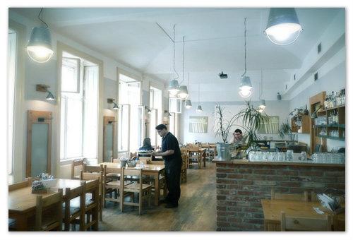 Интерьер пражской пивной «У Фердинанда» — светло и просто. И цинковые абажуры здесь в тему и грабли для одежды на стенах.