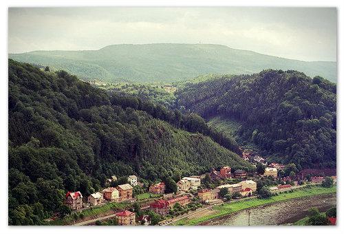 На фото на заднем плане — гора Děčínský Sněžník —  самая высокая в Чешской Швейцарии. Если хорошо присмотреться на её вершине видна смотровая башня.
