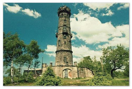 Знаменитая каменная смотровая башня на вершине называется так же, как и сама гора — Děčínský Sněžník. Лучший вид на Чешскую Швейцарию открывается именно с этой башни.