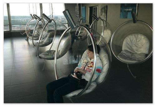 Вылазить из такого кресла совсем не хочется. Лучшее место о всей Чехии для расслабления и медитации. Жил бы в Праге — сидел бы там днями напролёт.