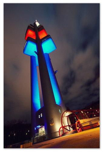 Ночная подсветка башни в цветах чешского флага.