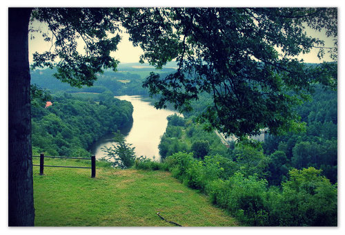 Главная чешская река Влтава. В честь неё и назвали камень.