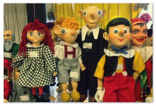 Деревянные игрушки и куклы-марионетки из Праги — традиционные подарки для детей.
