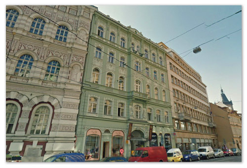 Вот этот зелёненький и есть тот самый дом — Vodičkova 20.