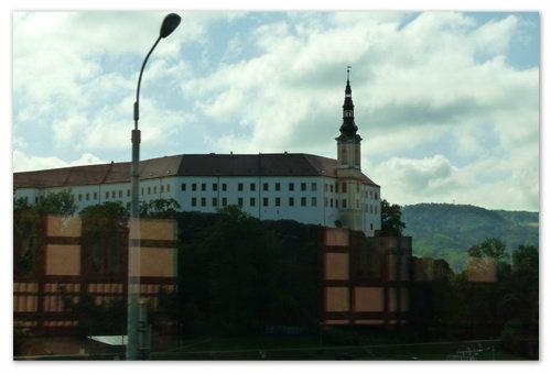 А это замок Děčín. На фото в стекле поезда уже отражаются фахверковые домики, а это говорит о том, что в воздухе отчётливо запахло Германией. Когда поедете — почувствуете это кожей.