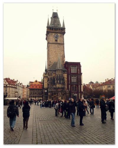 Староместская ратуша на месте — как штык.