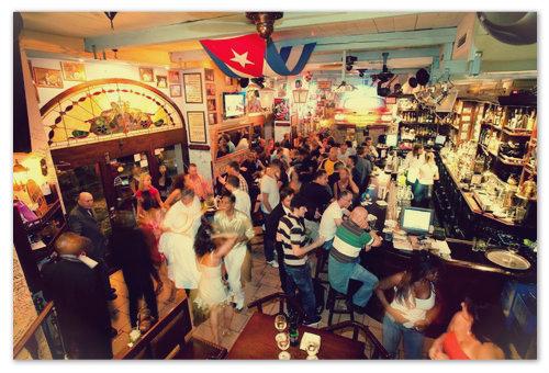 Ресторан «La Bodeguita del Medio» — зайти сюда с пражской декабрьской улицы совсем не грех — просто погреться — хоп, и вы на Кубе!