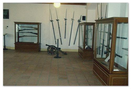 Во флигеле есть скромный , но интересный музей средневекового оружия.