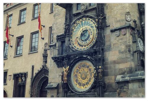 И часы Орлой на ней показывают ноябрь — для тех, кто понимает.
