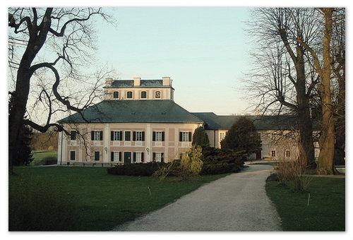 Ratibořice — имение, находящееся на северо-востоке Чехии и принадлежавшее матери Божены Немцовой. Здесь и провела детские годы  будущая писательница.