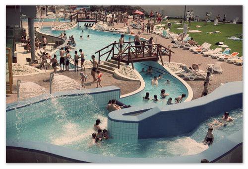 Изюминка в том, что часть аквапарка находится под открытым небом, и летом в жару здесь куда приятнее, чем под крышей.