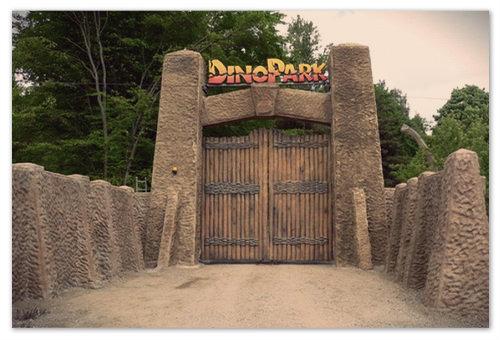 Dinopark Vyškov — вход в мезозойскую пещеру.