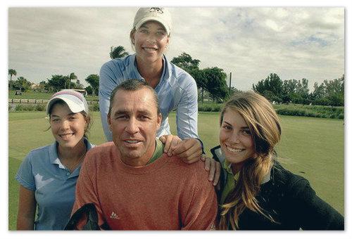 С доченьками — здесь три, а всего их у теннисиста пять.