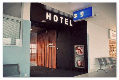 Вход в отель в транзитной зоне.
