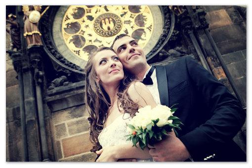 Свадебное фото под часами Орлой в Праге.