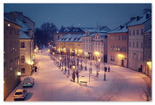 Улицы припорошил снежок и светят фонари.