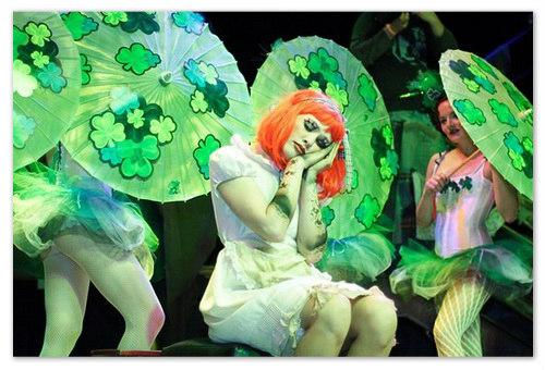 Танец в зонтиками. Туры в Прагу на Богемский карнавал.