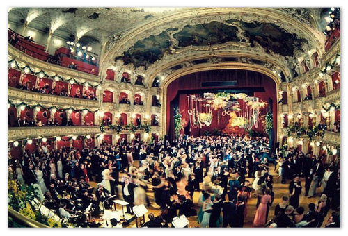 Бал в Пражской Государственной Опере — под живую музыку симфонического оркестра кружатся пары. А вы можете посмотреть на всё это с балкона, если очень захотите...