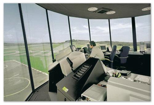 Этот человек регулирует движение самолётов: взлёт посадка, перемещение по аэродрому.