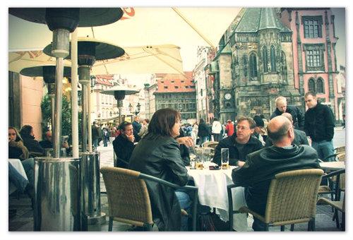 Туристы пьют пиво в Праге.