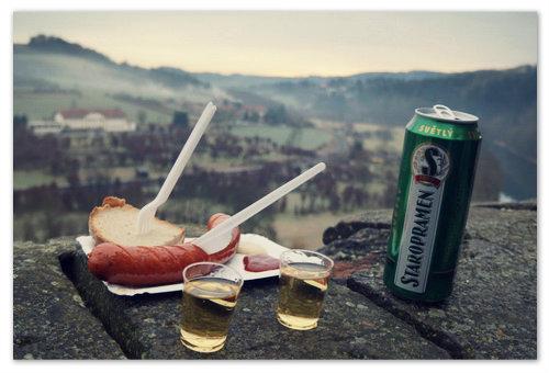Колбаска с кетчупом и пивом.
