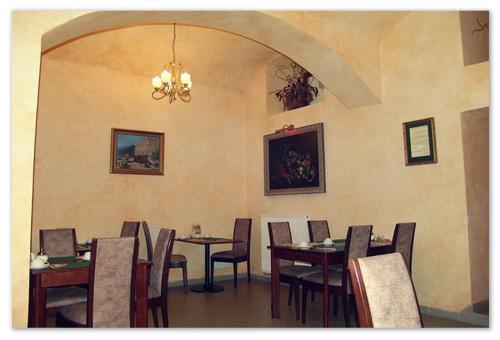 Ресторан по арками.