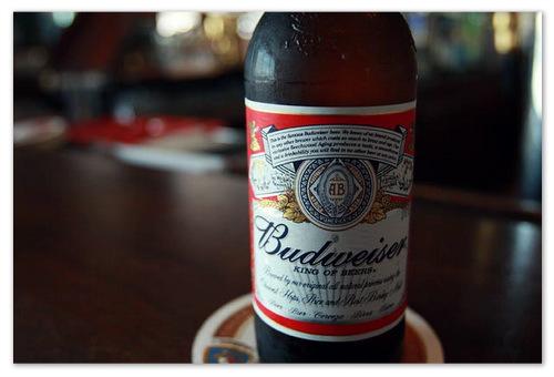 Пиво Budweiser.