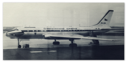 Легендарный самолёт Ту-104 — старое фото.