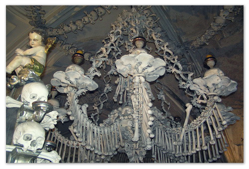 Люстра из человеческих костей.