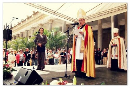Святой отец говорит речь.