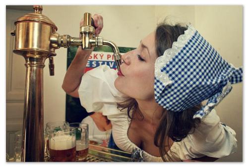 Девушка пьёт чешское пиво.