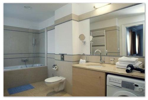Ванная и туалет в стиле хай-тек.