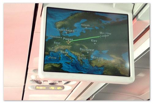 Отслеживание местонахождения самолёта на карте по монитору в салоне.
