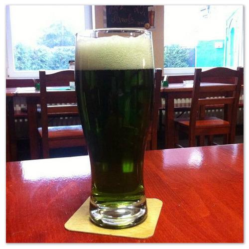 Пасхальное зелёное пиво в Праге.