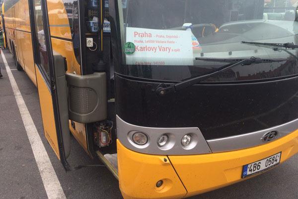 Жёлтый автобус вышел на маршрут.
