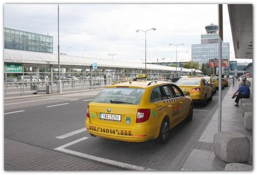 Такси у аэропорта.