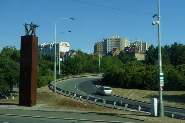 Монумент десантниками, совершивших покушение на Рейнхарда Гейдриха находся на окраине Праги.