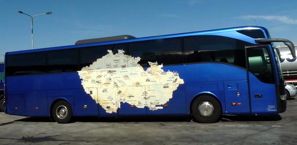 Синий экскурсионный автобус с нанесённой картой Чешской Республики на боку. На один день едем из Праги в Дрезден, посмотреть достопримечательности.