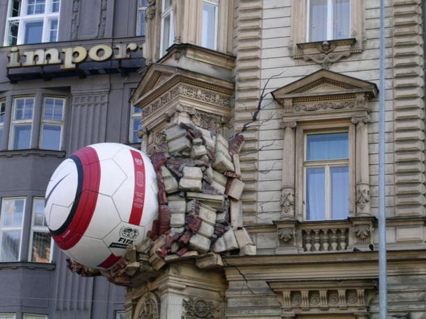 Оригинальная инсталяция на футбольную тему.