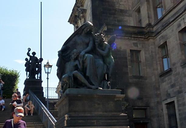 Одна из статуй на лестнице, ведущей с террасы.
