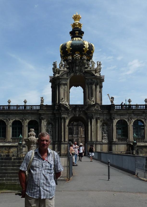 Корона на воротах, ведущих в Цвингер.