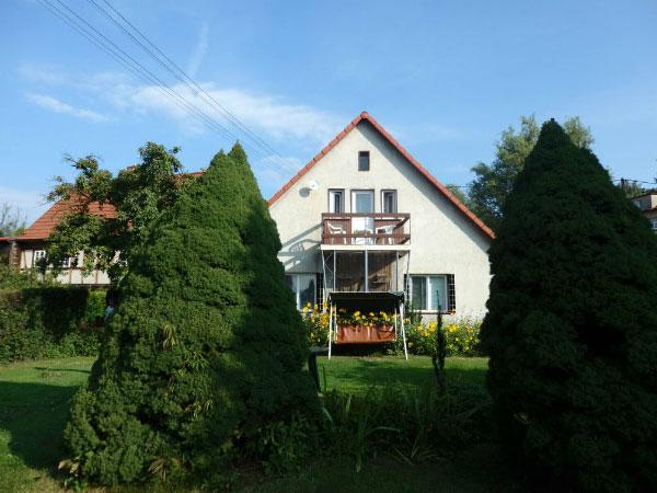 Дом среди деревьев.