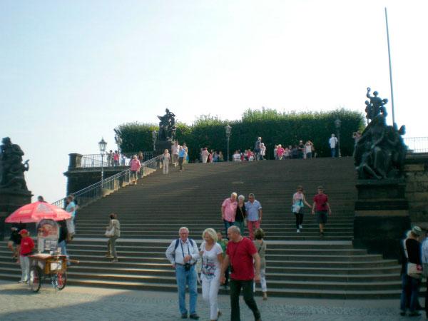 Лестница со скульптурами.