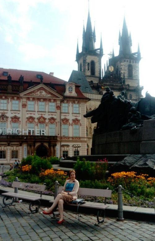 Скамейка на площади.
